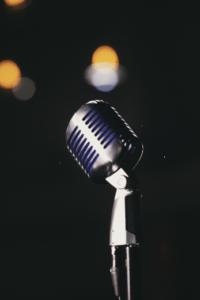 C.ulturgut_Mikrofon auf der Bühne