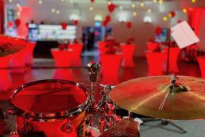 Blick von der Bühne in den Saal bei roter Partybeleuchtung